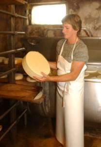 kaes.at Partnerin Herlinde Läßer mit einem ganz jungen Rässkäse.